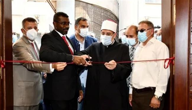 رئيس جامعة عين شمس يُهدى درع الجامعة لوزيرى الأوقاف المصرى والسودانى