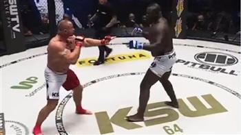 مقاتل يقسو على منافسه بالضربة القاضية خلال 18 ثانية.. فيديو