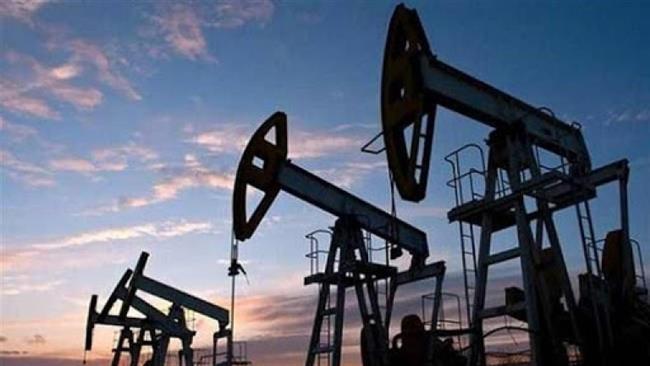 بعد موجة صعود.. النفط يعود إلى المنطقة الحمراء