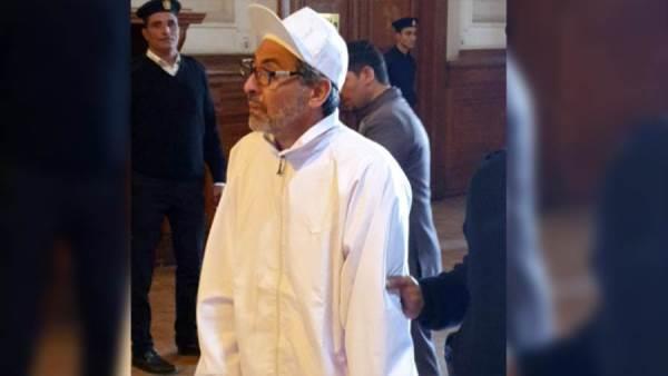 فتحي عبد الوهاب بالبدلة والنظارة في فيلم «المحكمة»