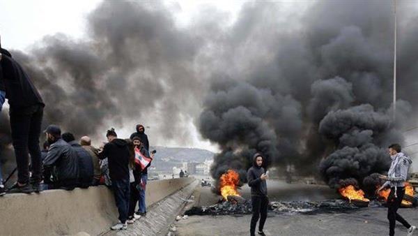 محتجون يقطعون الطرق في عدد من المناطق اللبنانية