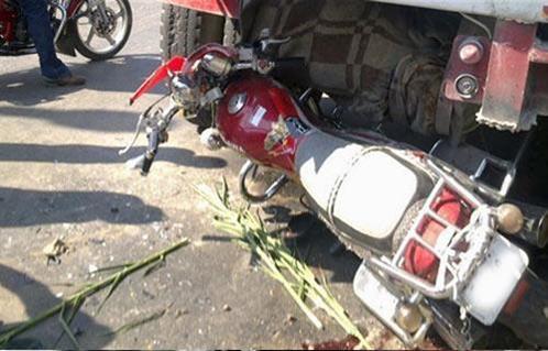 مصرع طفل وأصابة الأم والأب بتصادم موتوسيكل بسيارة نقل فى أسيوط