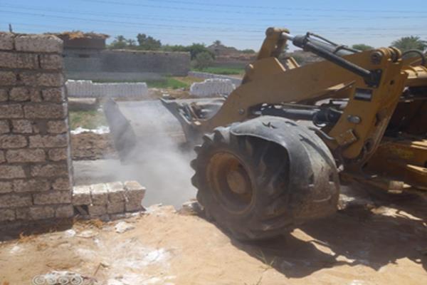 إزالة 7 حالات تعد بالبناء علي الأراضي الزراعية بمركزين بالمنيا