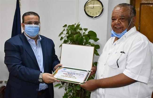 رئيس جامعة القناة يكرم أمين مجلس شئون خدمة المجتمع وتنمية البيئة