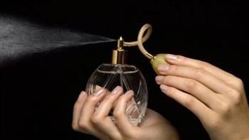 حكم وضع المرأة للعطر خارج المنزل..الإفتاء تجيب