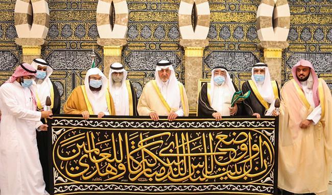 الأمير خالد الفيصل يسلّم كسوة الكعبة لكبير سدنة بيت الله الحرام