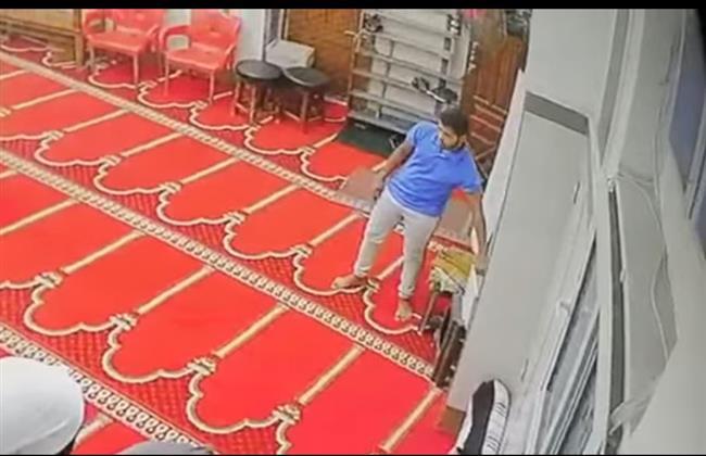 بالفيديو .. شاب يسرق صندوق التبرعات داخل مسجد بشبرا الخيمة