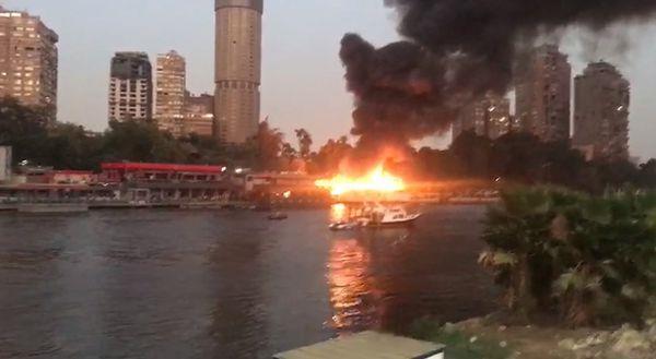 فيديو وصور.. حريق مركب نيلي بالزمالك