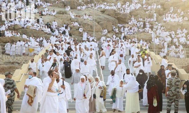 ضيوف الرحمن يتوافدون إلى صعيد عرفات لأداء الركن الأعظم