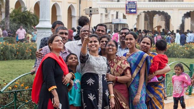 «ادفع تتصور».. وزيرة هندية تحدد سعر السيلفي معها