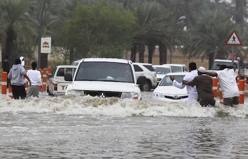 شاهد.. سيول عارمة تغرق شوارع الرياض
