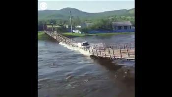 بالفيديو| لحظة انهيار جسر معلق وابتلاع شاحنة فى روسيا