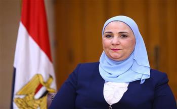 بالصور.. وزيرة التضامن تتفقد معرض «ديارنا» للحرف اليدوية فى مارينا