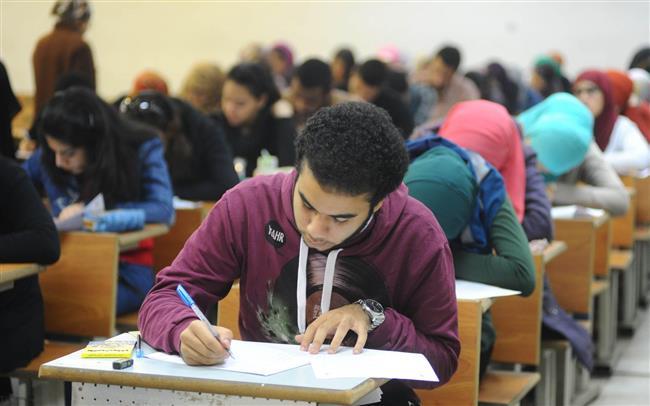 طلاب الثانوية العامة أدبي يؤدون امتحان علم النفس والاجتماع.. اليوم