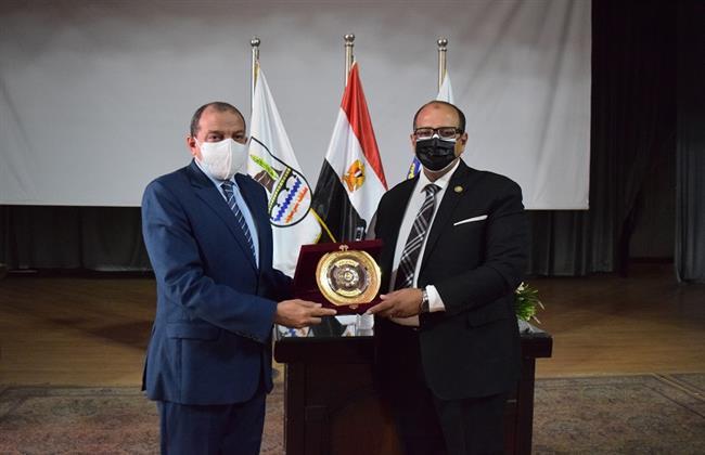 رئيس جامعة بنى سويف يكرم الدكتور ممتاز حجاب ويمنحه درع الجامعة