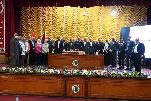 جامعة الفيوم تكرم رئيسها الدكتور أحمد جابر شديد