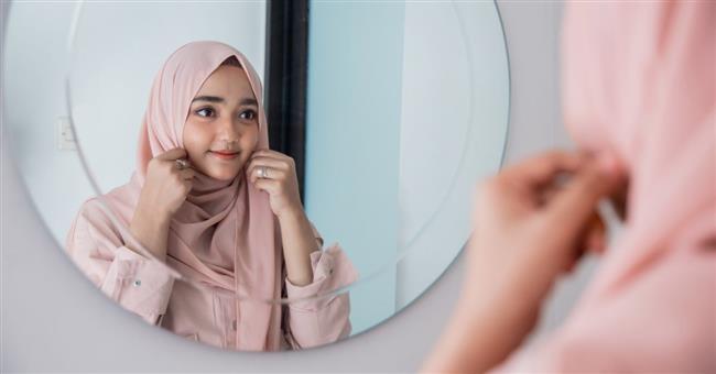 هل يجوز خلع الحجاب أمام زوج أختي؟.. «الإفتاء» تجيب