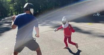بمناسبة أولمبياد طوكيو.. مارك زوكربيرج يعلم ابنته المبارزة بسلاح الشيش