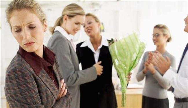 13 علامة على وجود الغيرة بين زملاء العمل