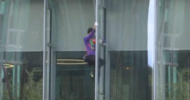 فرنسى يتسلق ناطحة سحاب 160 مترا احتجاجا على سوء إدارة ملف تغير المناخ