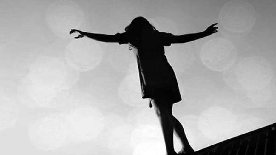 «هربًا من الفضيحة».. فتاة تلقى بنفسها من شرفة منزلها بالطابق الثانى بالشرقية
